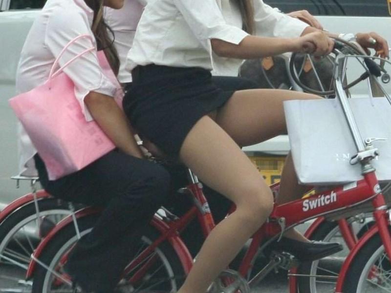 【JKパンチラ画像】風も味方www自転車通学中のJKのスカートめくれと生パンツ 04