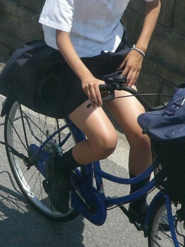 【JKパンチラ画像】風も味方www自転車通学中のJKのスカートめくれと生パンツ 08