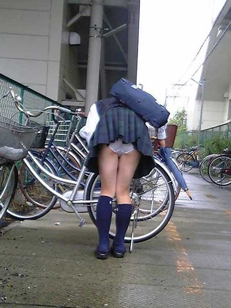 【JKパンチラ画像】風も味方www自転車通学中のJKのスカートめくれと生パンツ 16