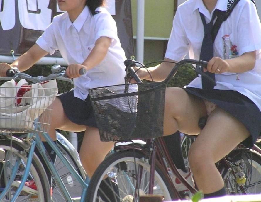 【JKパンチラ画像】風も味方www自転車通学中のJKのスカートめくれと生パンツ 18