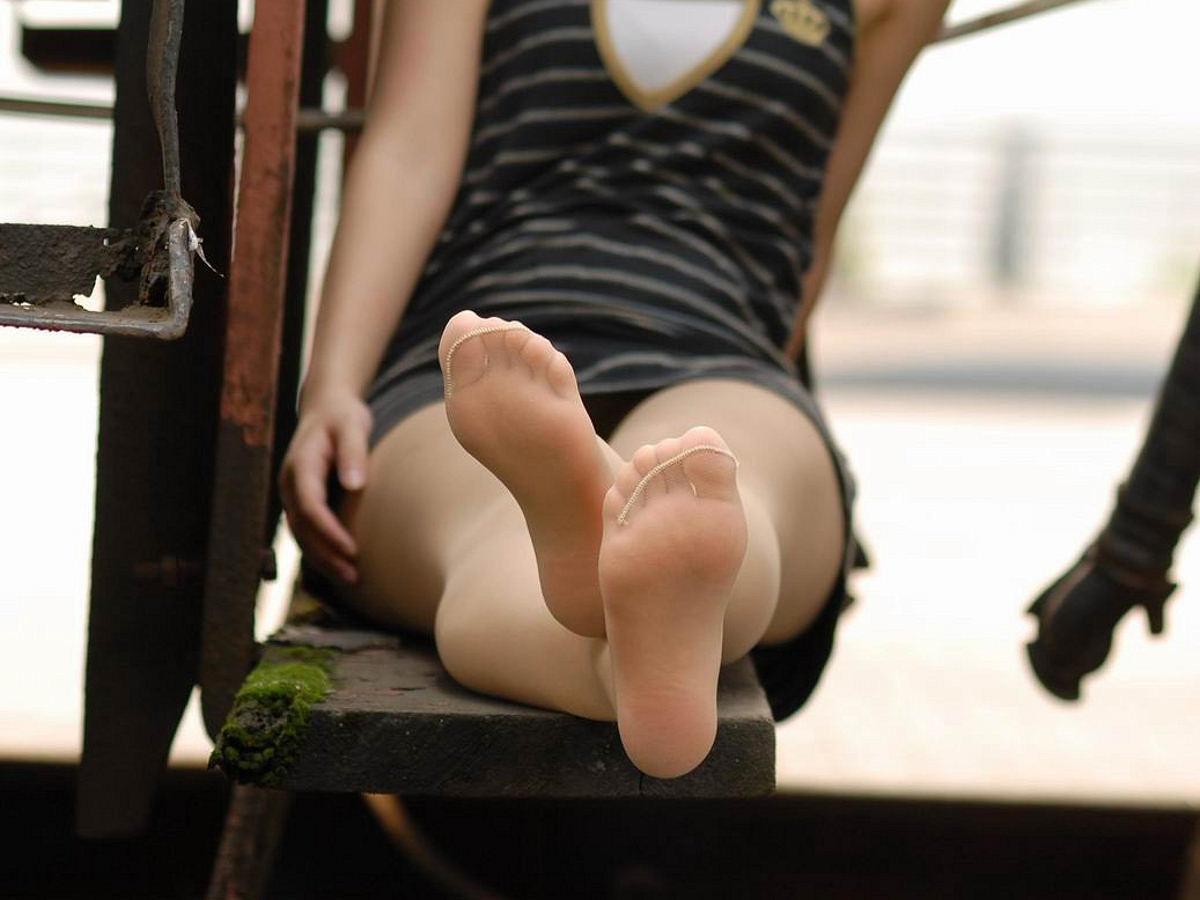 【パンスト美脚画像】布越しに見える指が何故か卑猥wwwお姉さんのパンストつま先画像 04