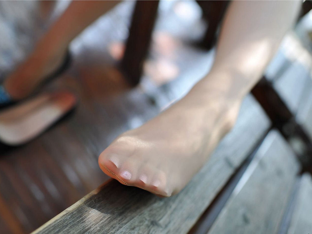 【パンスト美脚画像】布越しに見える指が何故か卑猥wwwお姉さんのパンストつま先画像 15