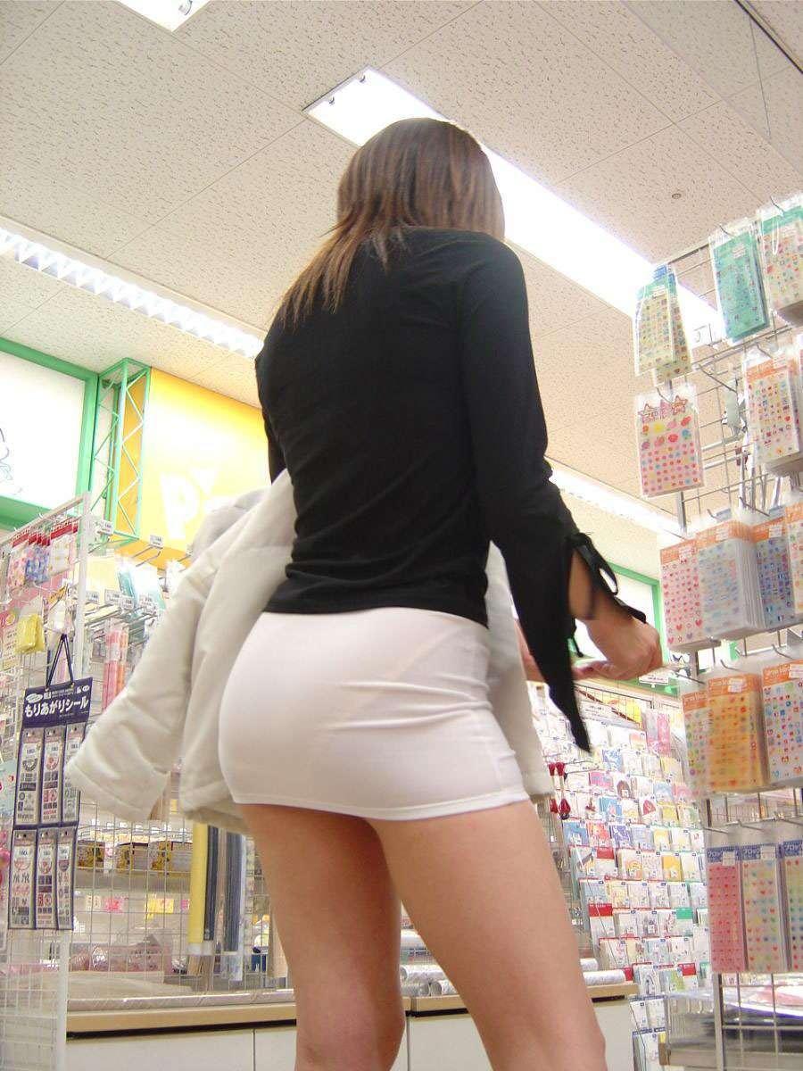 【街撮りミニスカ】死角の限界まで迫るwww素人娘の超ミニスカ画像 02