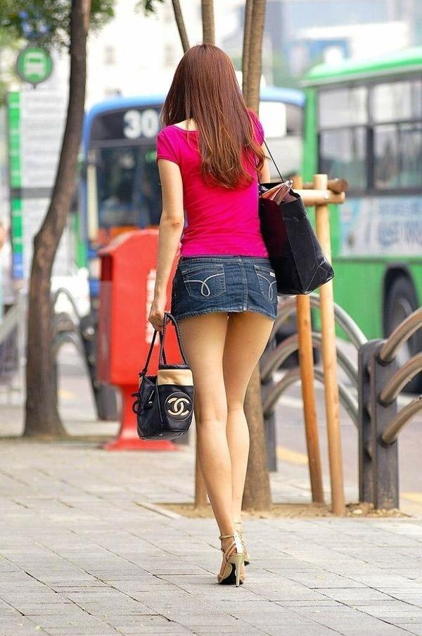 【街撮りミニスカ】死角の限界まで迫るwww素人娘の超ミニスカ画像 04