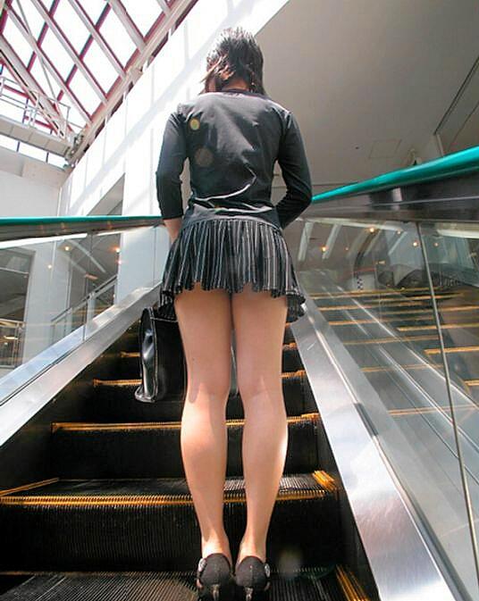 【街撮りミニスカ】死角の限界まで迫るwww素人娘の超ミニスカ画像 14