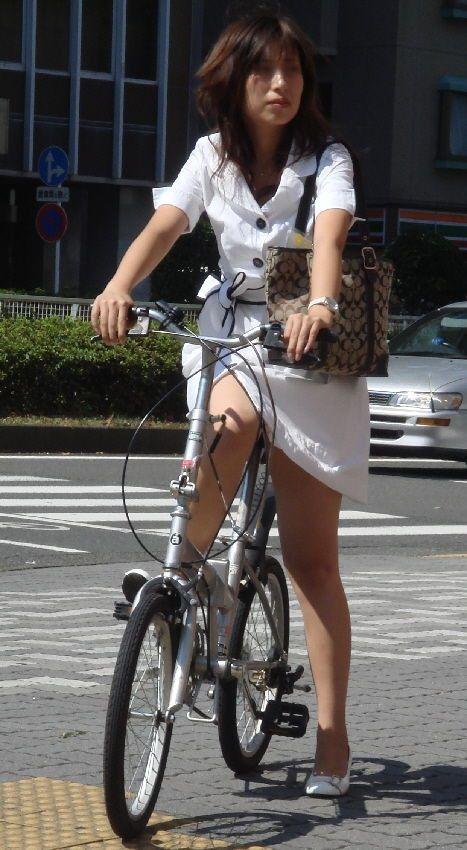 【街撮り美脚画像】大人の下半身を観察www自転車乗った働くおねえさん画像 01