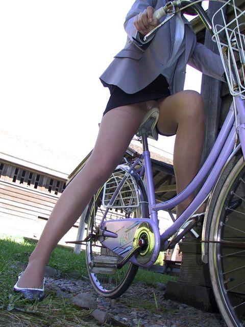 【街撮り美脚画像】大人の下半身を観察www自転車乗った働くおねえさん画像 02