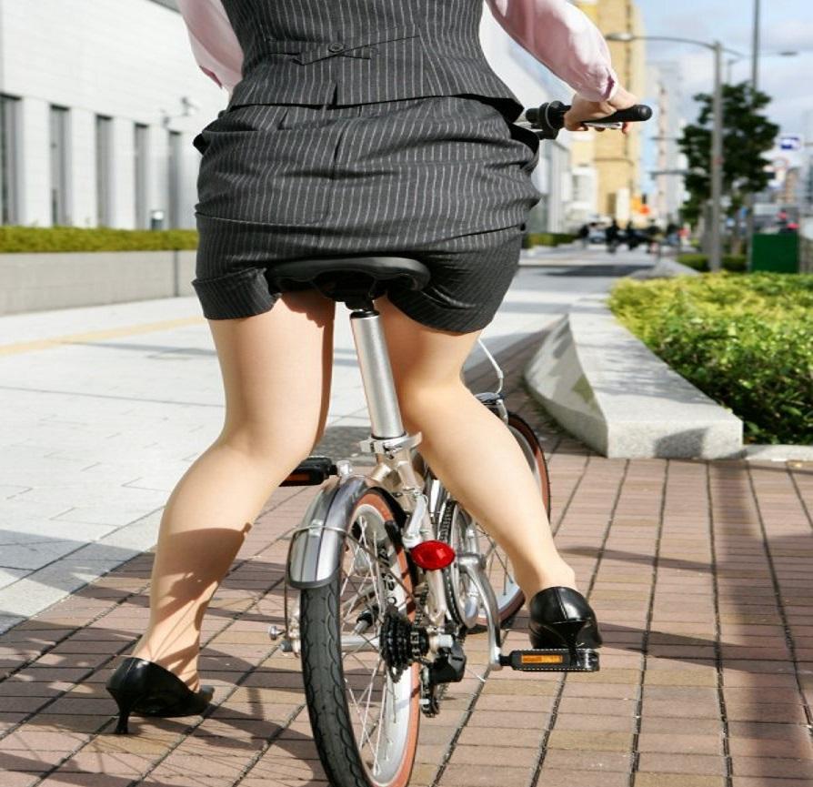 【街撮り美脚画像】大人の下半身を観察www自転車乗った働くおねえさん画像 05