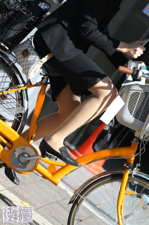 【街撮り美脚画像】大人の下半身を観察www自転車乗った働くおねえさん画像 07