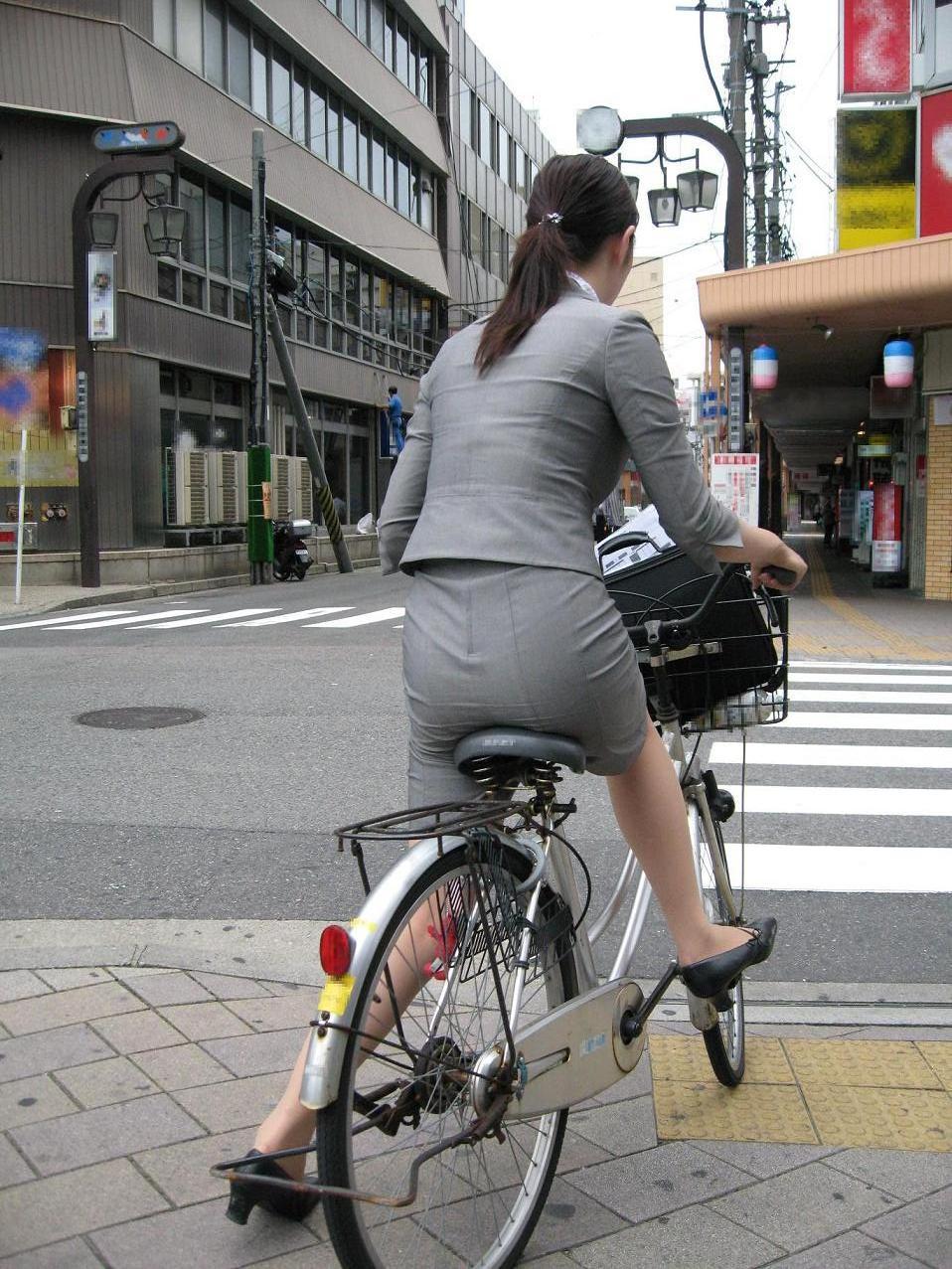 【街撮り美脚画像】大人の下半身を観察www自転車乗った働くおねえさん画像 08