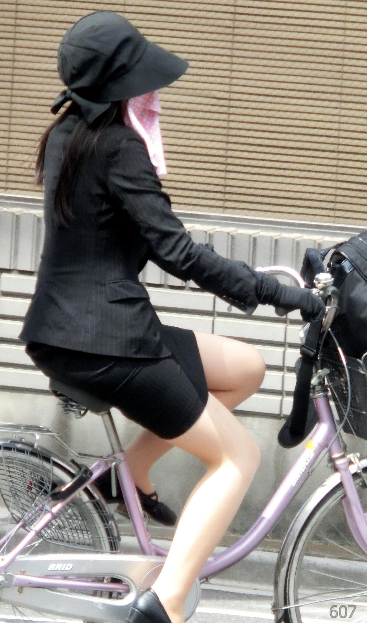 【街撮り美脚画像】大人の下半身を観察www自転車乗った働くおねえさん画像 09