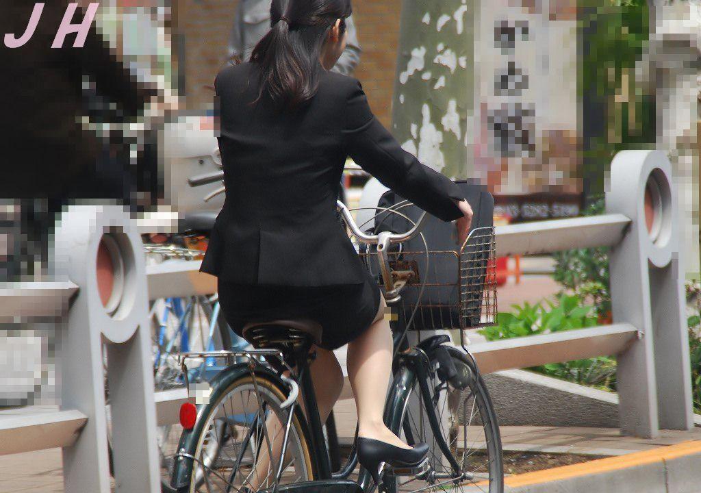 【街撮り美脚画像】大人の下半身を観察www自転車乗った働くおねえさん画像 10
