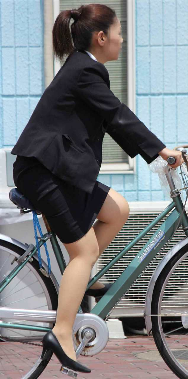 【街撮り美脚画像】大人の下半身を観察www自転車乗った働くおねえさん画像 11