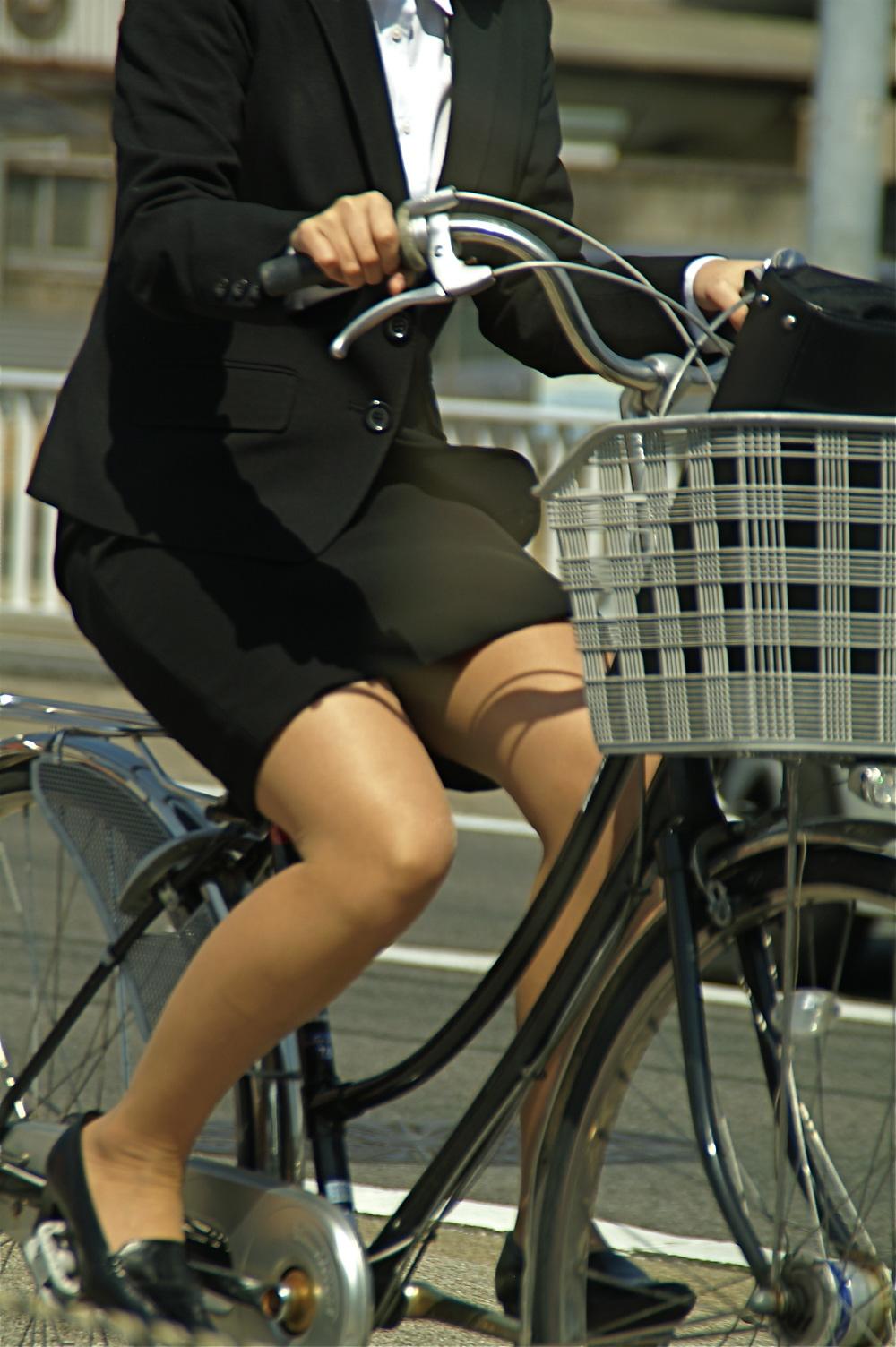 【街撮り美脚画像】大人の下半身を観察www自転車乗った働くおねえさん画像 13