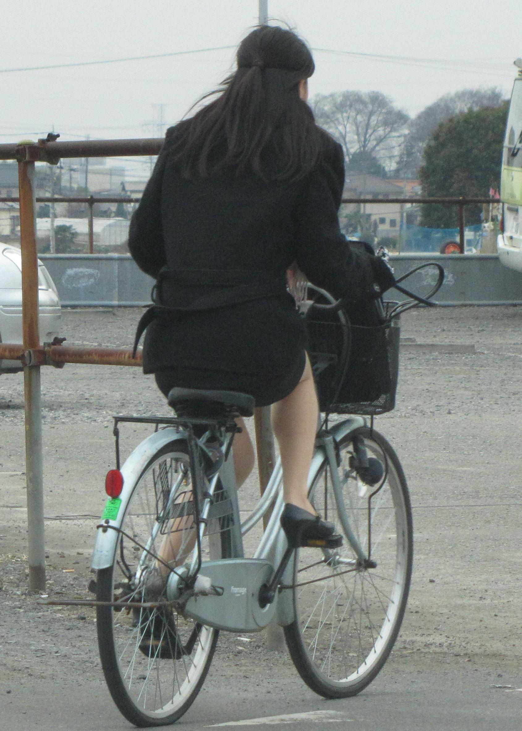 【街撮り美脚画像】大人の下半身を観察www自転車乗った働くおねえさん画像 15