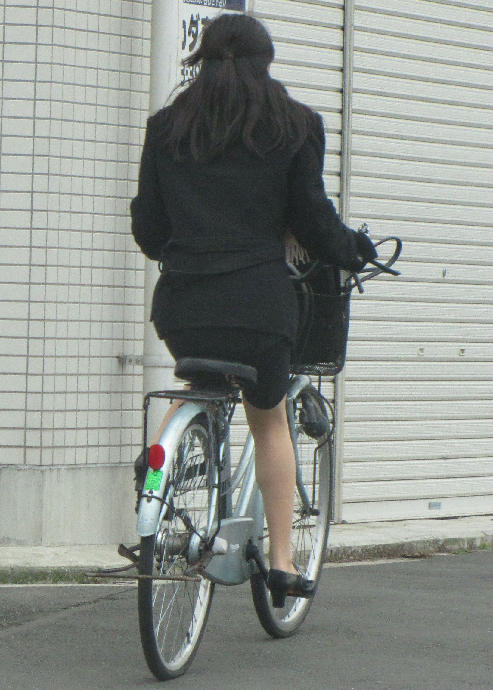 【街撮り美脚画像】大人の下半身を観察www自転車乗った働くおねえさん画像 16