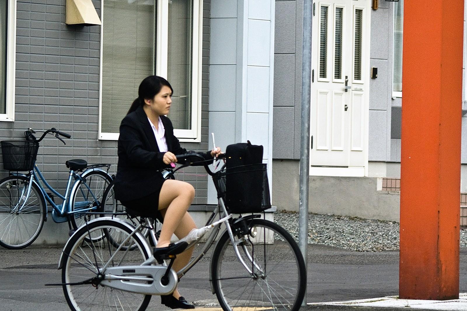 【街撮り美脚画像】大人の下半身を観察www自転車乗った働くおねえさん画像 17