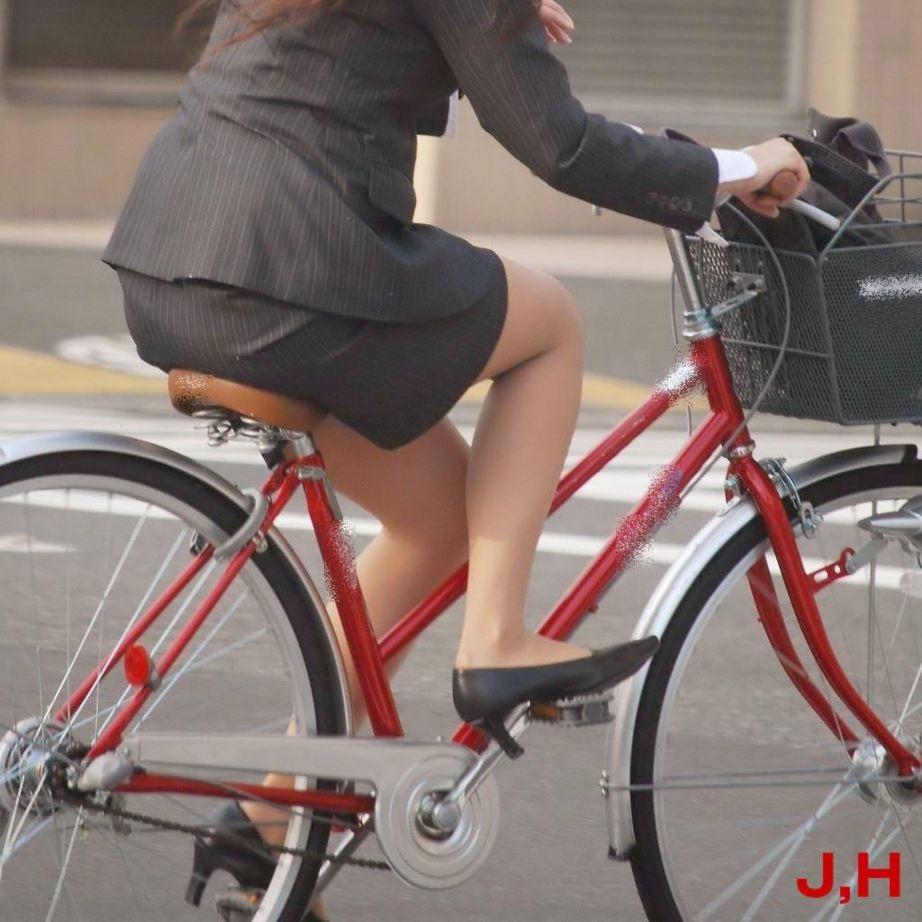 【街撮り美脚画像】大人の下半身を観察www自転車乗った働くおねえさん画像 18