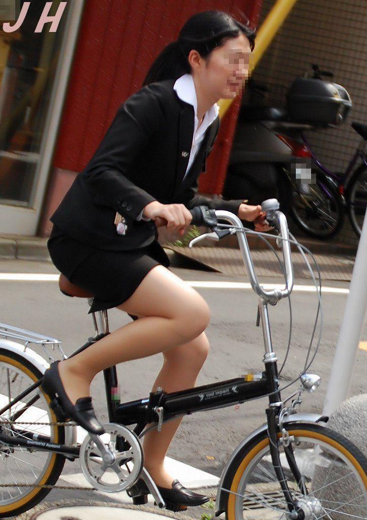 【街撮り美脚画像】大人の下半身を観察www自転車乗った働くおねえさん画像 19