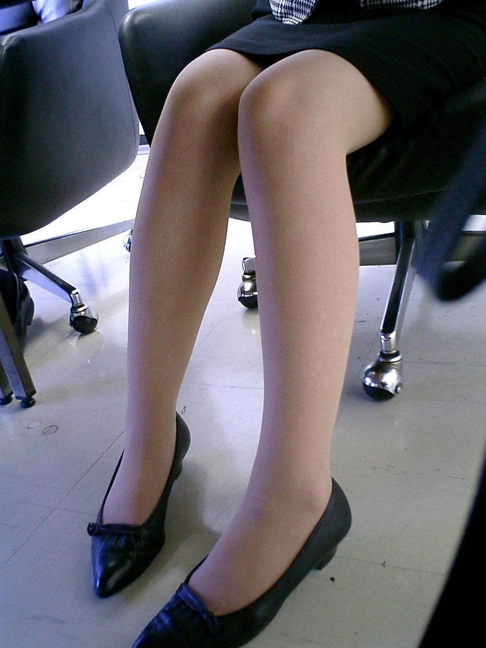 【OLパンチラ画像】仕事中の下半身は締まりがないwwwOLの股間を机の下から覗き撮り 13