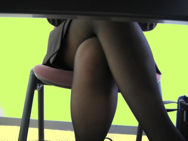 【OLパンチラ画像】仕事中の下半身は締まりがないwwwOLの股間を机の下から覗き撮り 18