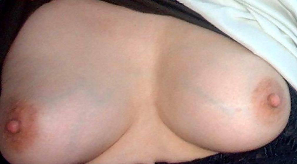 【おっぱい画像】血管がほんのり浮き出た乳がたまんなくエロい画像 03