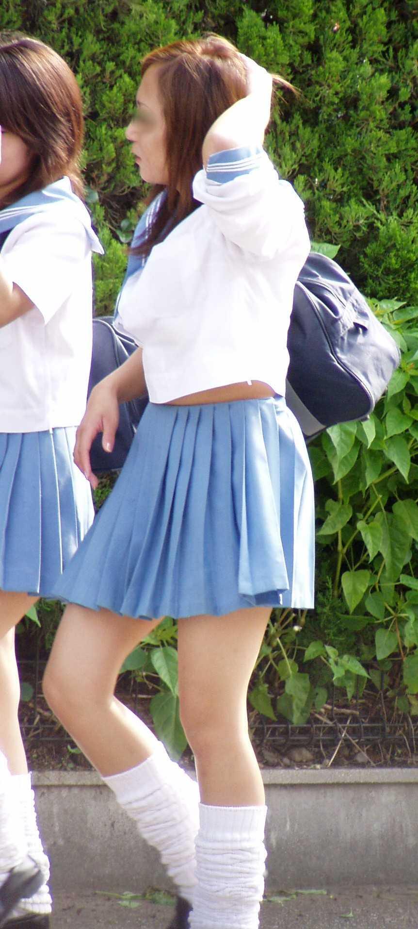【JK画像】セーラー服でしか味わえない、JK達の背チラ&腹チラ&脇腹チラ画像 02