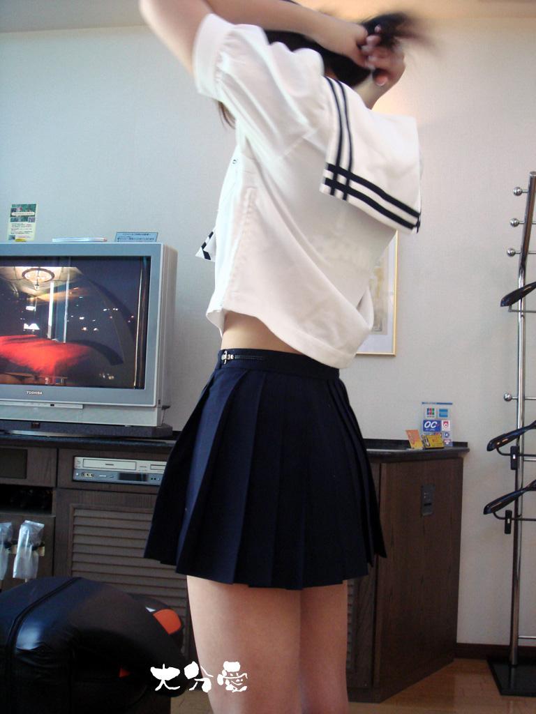 【JK画像】セーラー服でしか味わえない、JK達の背チラ&腹チラ&脇腹チラ画像 03
