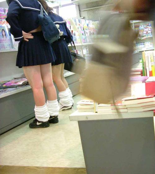 【JK画像】セーラー服でしか味わえない、JK達の背チラ&腹チラ&脇腹チラ画像 14