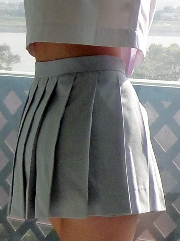 【JK画像】セーラー服でしか味わえない、JK達の背チラ&腹チラ&脇腹チラ画像 19