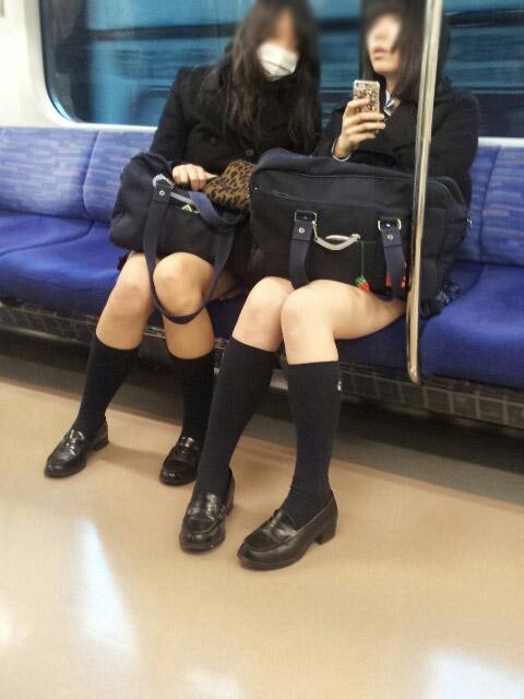 【JK太股画像】ムチムチ見放題だなオイwww電車で下校中のJKの太股観察画像 03