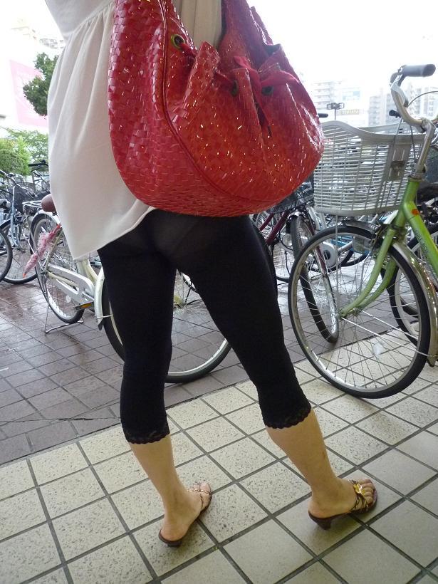 【透けパン画像】履いてる程度で安心できないwwwレギンス素人のイヤらしい透けパン姿 01