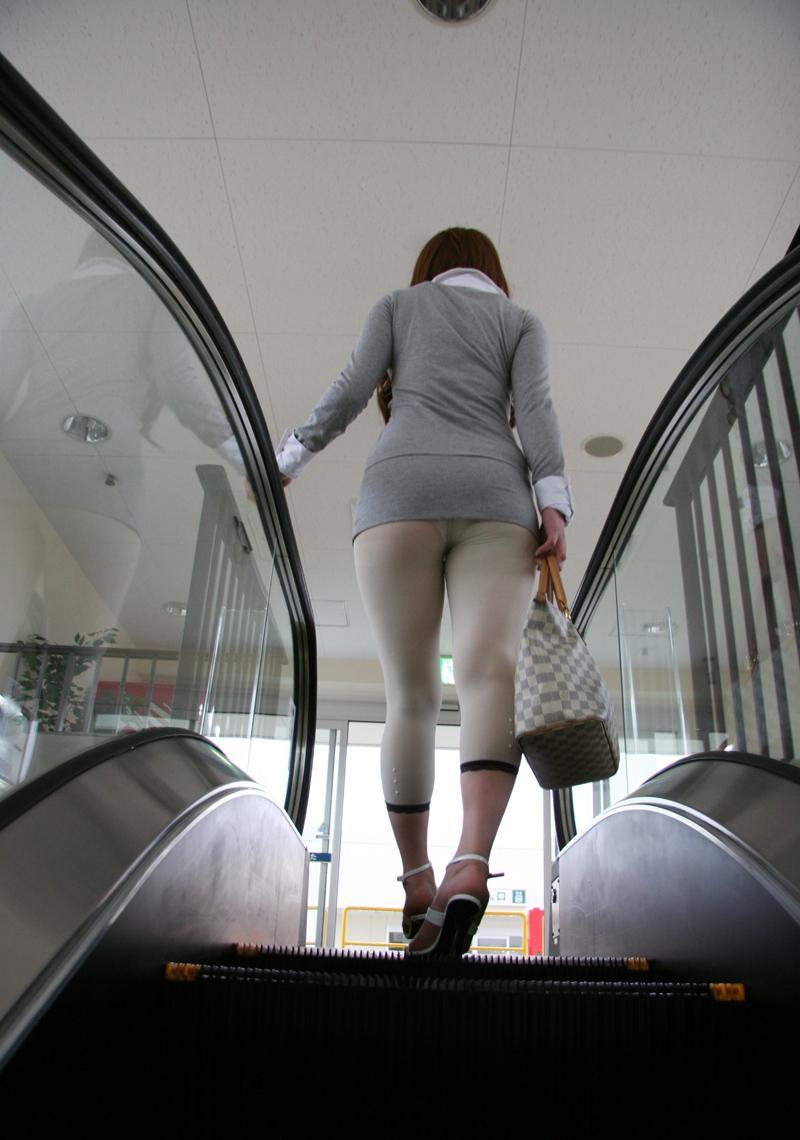 【透けパン画像】履いてる程度で安心できないwwwレギンス素人のイヤらしい透けパン姿 11