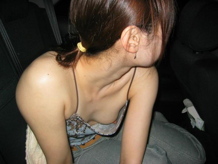 【乳首チラ画像】胸元浮いて先っぽまでwww強運が呼び寄せた乳首チラ見え 08