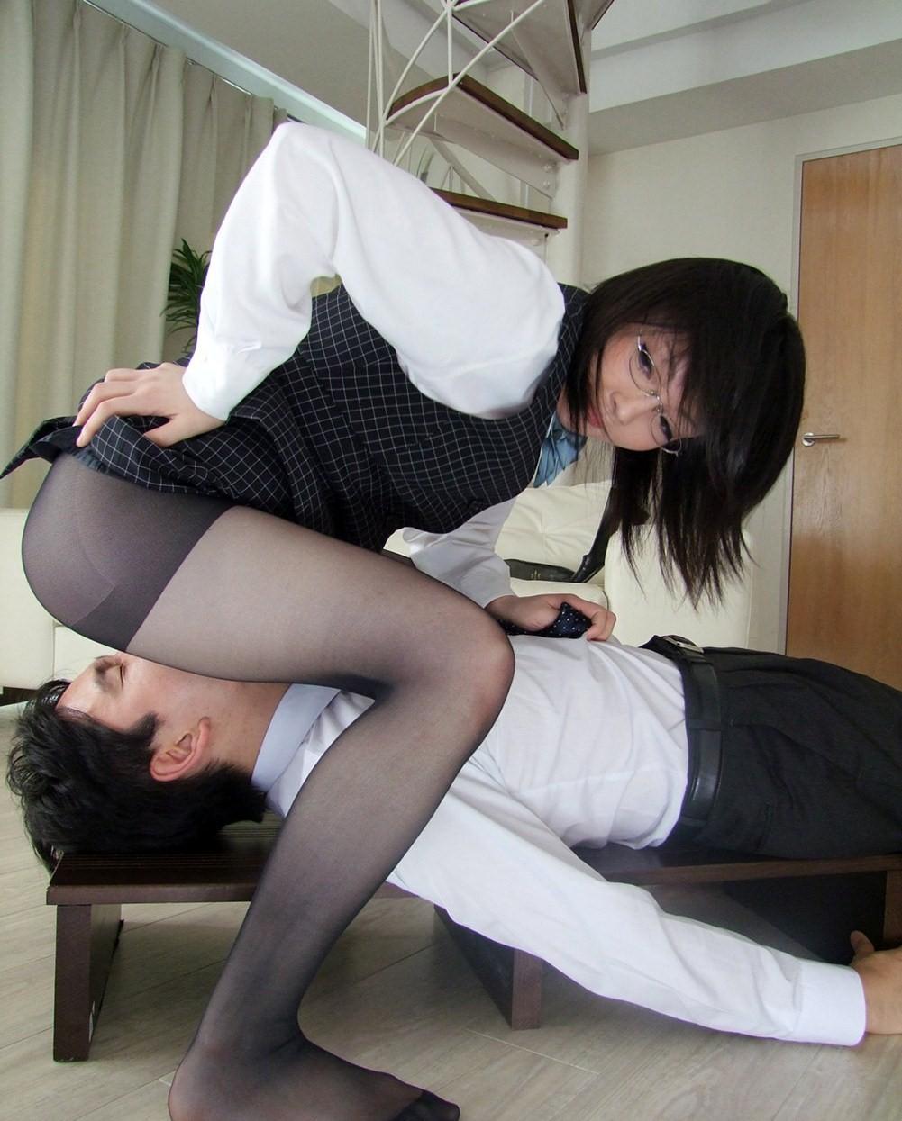 【痴女エロ画像】女が男を支配している顔面騎乗の画像 14