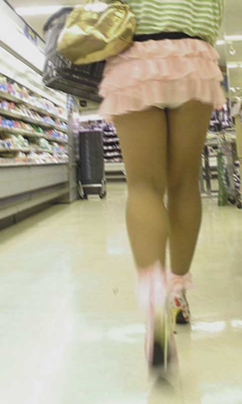 【パンモロ画像】覗くまでもなかったwwwワカメちゃんみたいに下着をモロ出す女の子達 04