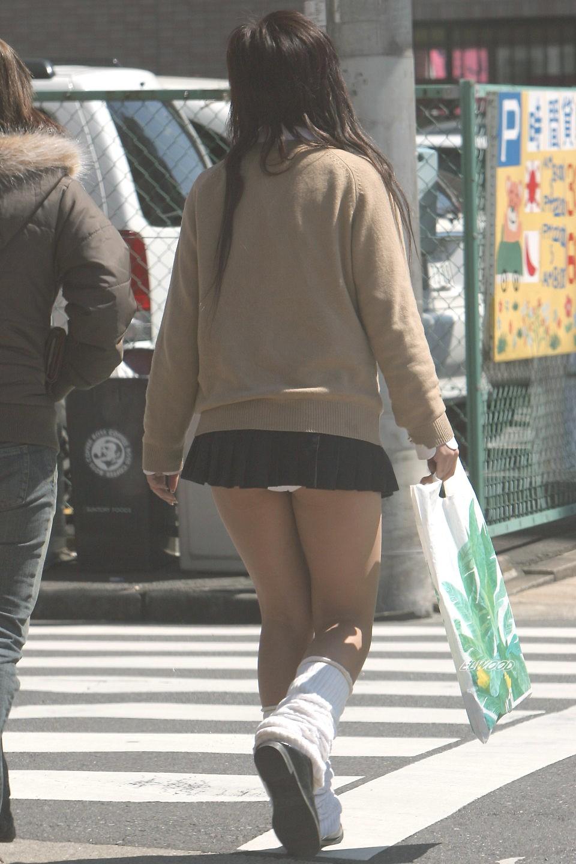 【パンモロ画像】覗くまでもなかったwwwワカメちゃんみたいに下着をモロ出す女の子達 06