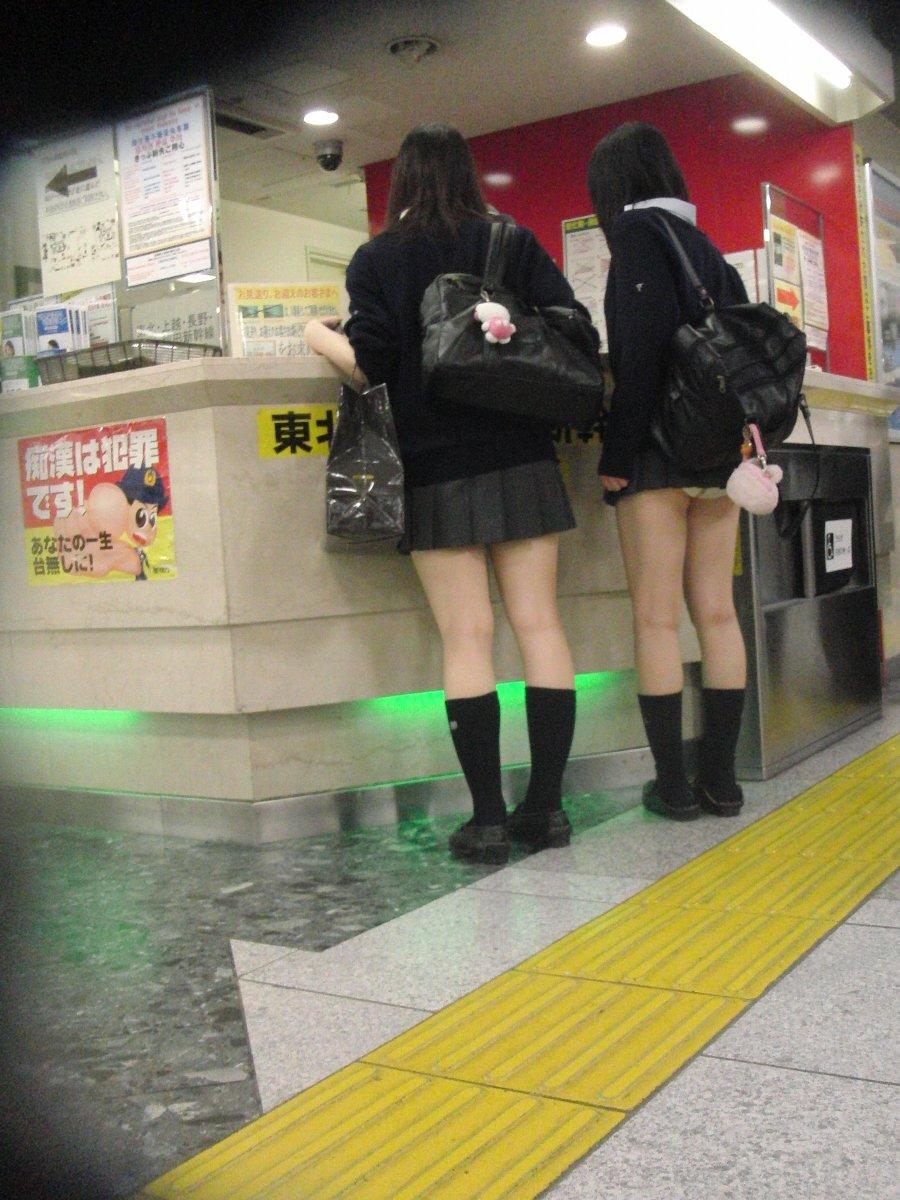 【パンモロ画像】覗くまでもなかったwwwワカメちゃんみたいに下着をモロ出す女の子達 08