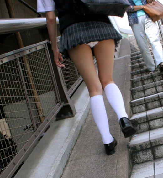 【パンモロ画像】覗くまでもなかったwwwワカメちゃんみたいに下着をモロ出す女の子達 15