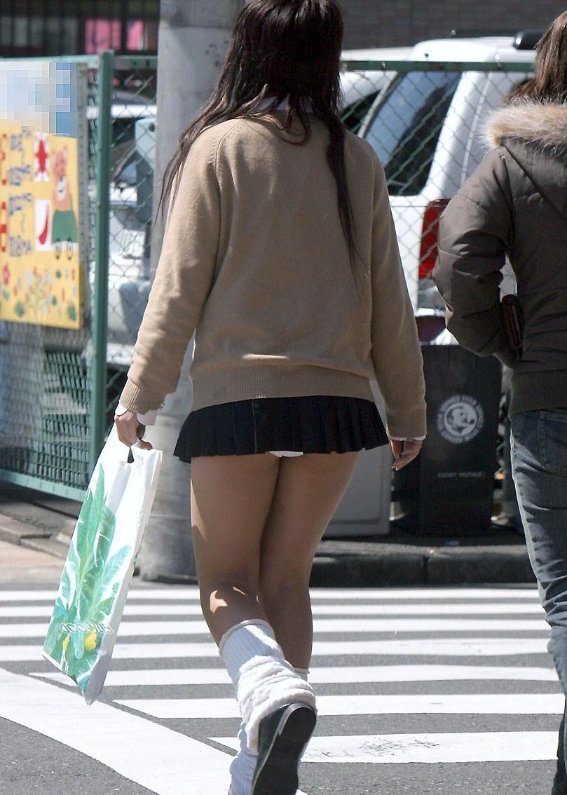 【パンモロ画像】覗くまでもなかったwwwワカメちゃんみたいに下着をモロ出す女の子達 17