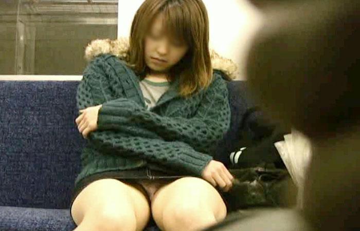 【電車内盗撮画像】真向かいに座った短いスカートの奥をこっそり覗き見www