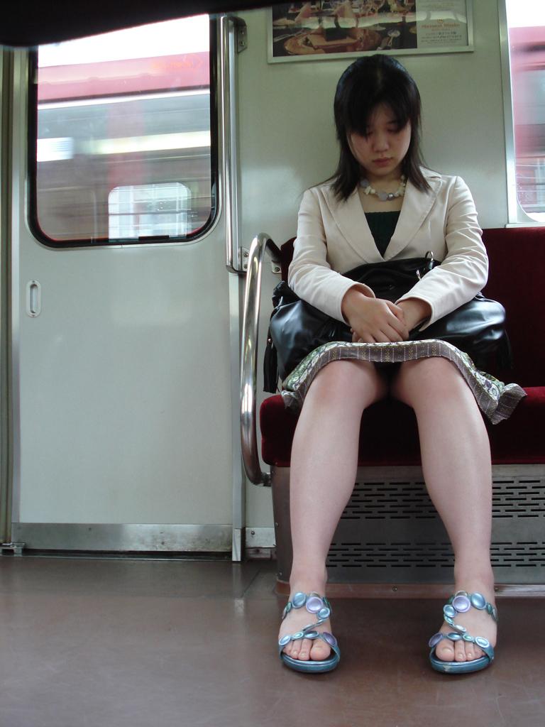 【電車内盗撮画像】真向かいに座った短いスカートの奥をこっそり覗き見www 01