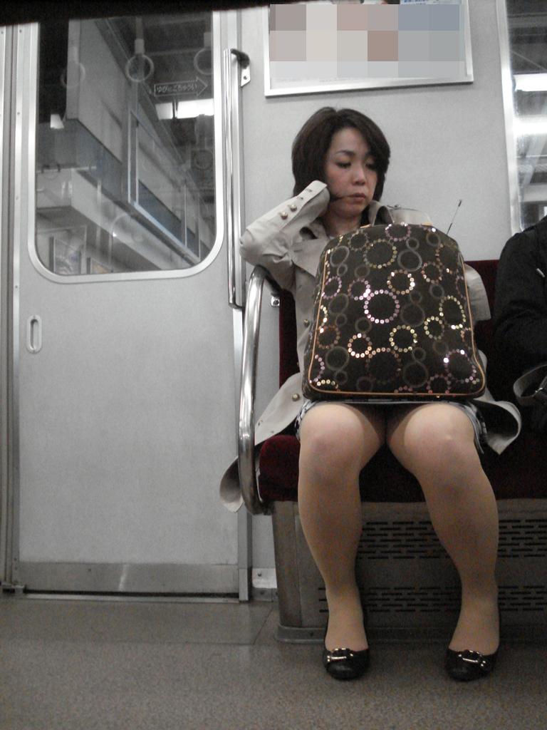 【電車内盗撮画像】真向かいに座った短いスカートの奥をこっそり覗き見www 02