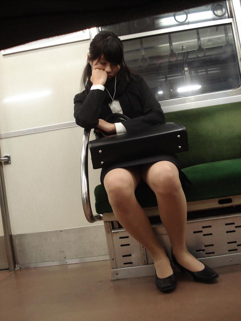 【電車内盗撮画像】真向かいに座った短いスカートの奥をこっそり覗き見www 04