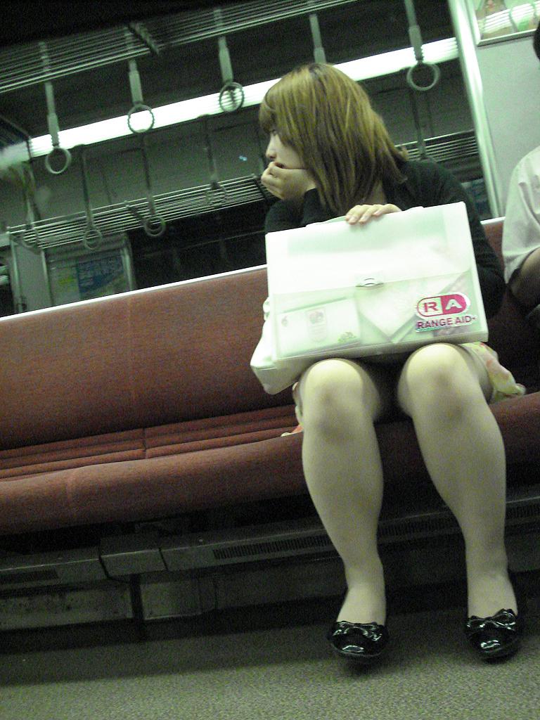 【電車内盗撮画像】真向かいに座った短いスカートの奥をこっそり覗き見www 05