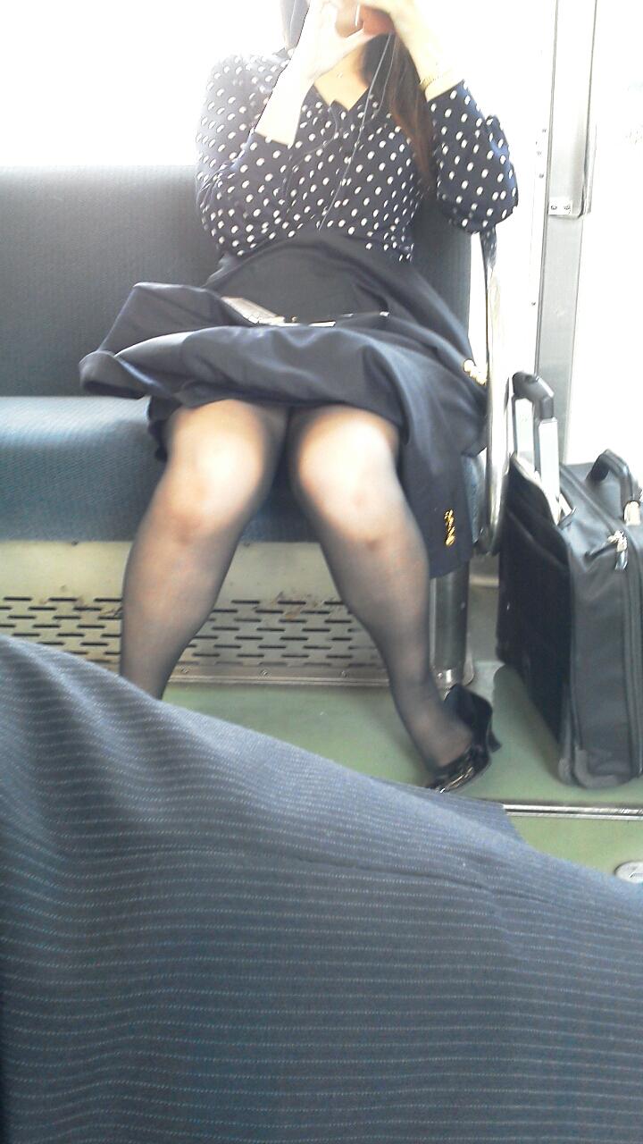 【電車内盗撮画像】真向かいに座った短いスカートの奥をこっそり覗き見www 07