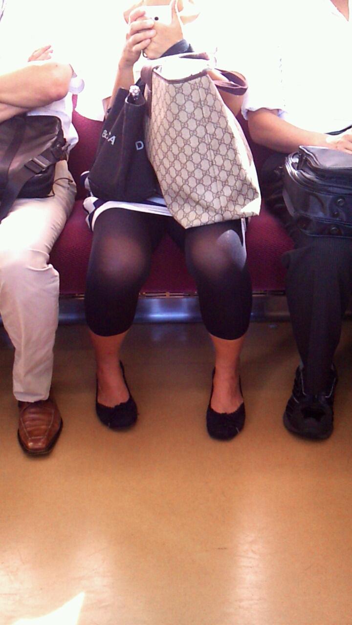 【電車内盗撮画像】真向かいに座った短いスカートの奥をこっそり覗き見www 10