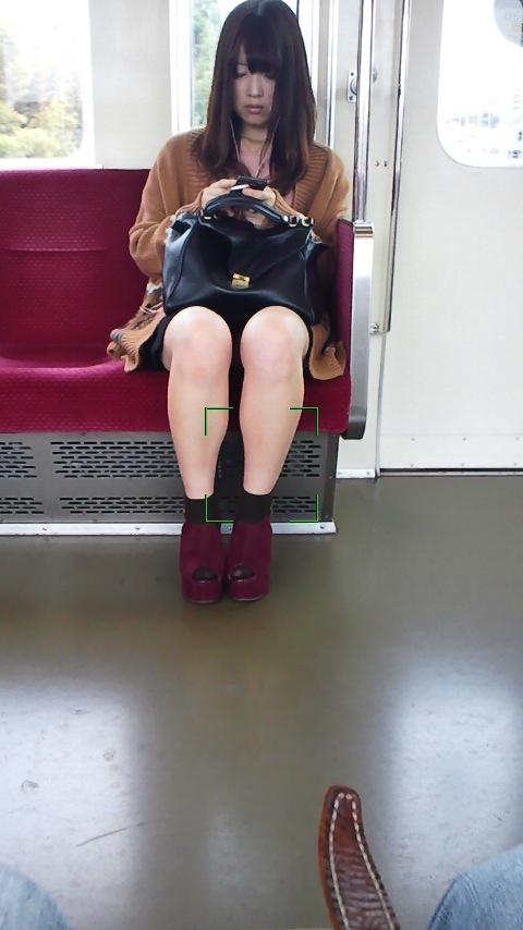 【電車内盗撮画像】真向かいに座った短いスカートの奥をこっそり覗き見www 11
