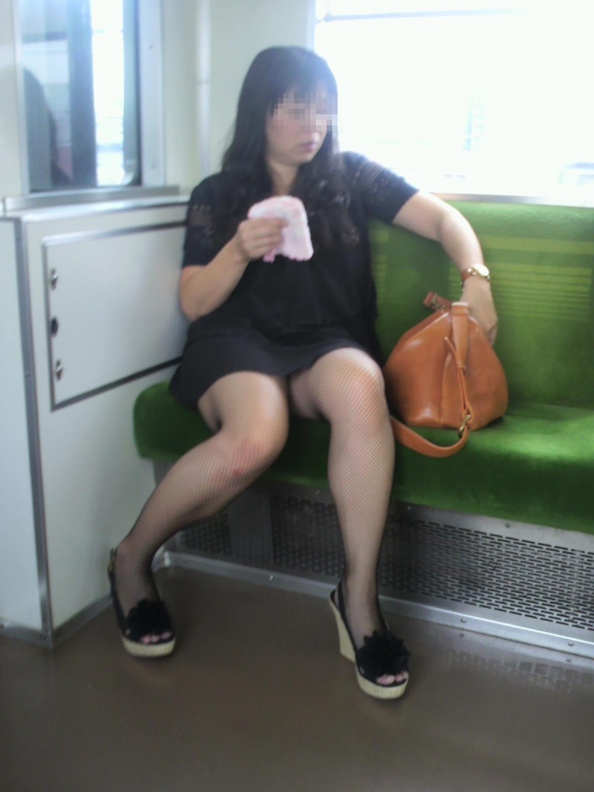 【電車内盗撮画像】真向かいに座った短いスカートの奥をこっそり覗き見www 12