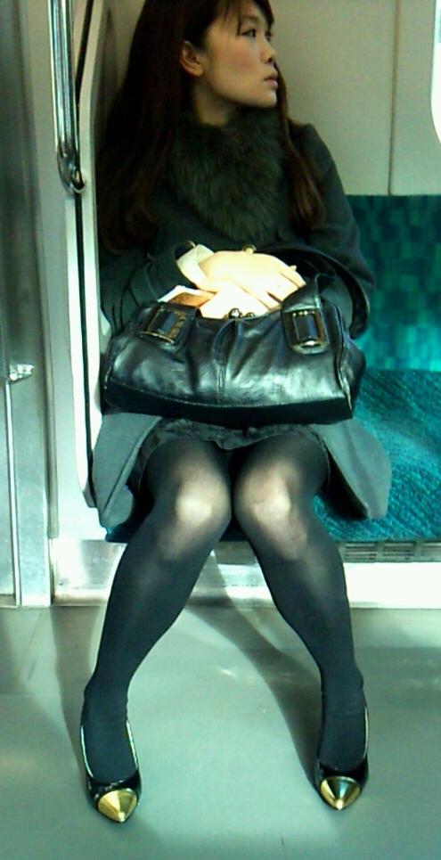 【電車内盗撮画像】真向かいに座った短いスカートの奥をこっそり覗き見www 13